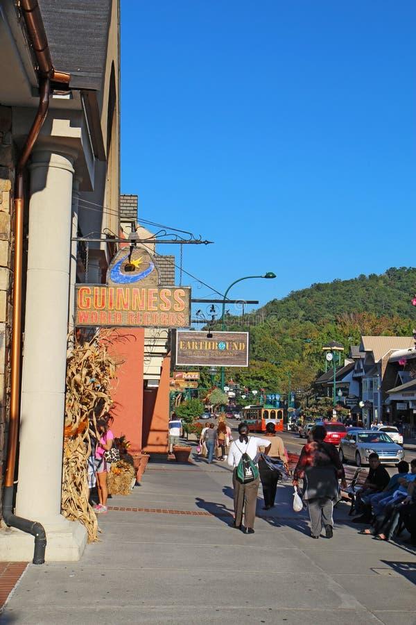 游人和交通沿主路通过Gatlinburg,十 免版税库存图片