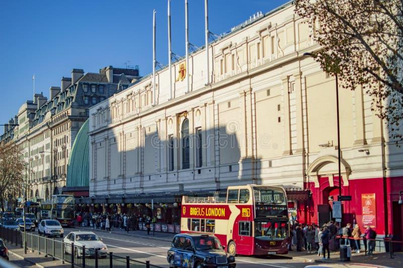 游人和其他人杜莎夫人蜡象馆博物馆外 交通、公共汽车和其他车也是可看见的在伦敦 免版税库存照片
