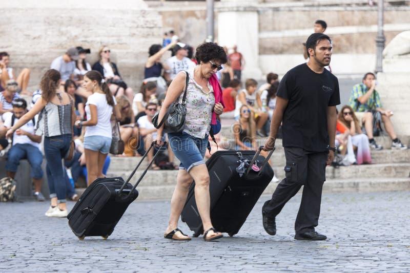 游人和手提箱 免版税库存图片