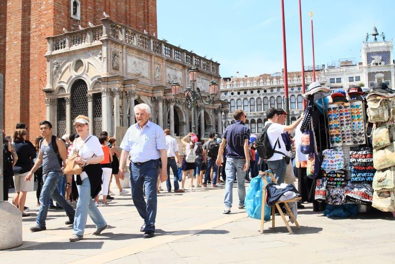 游人和摊位在Tower Campanile di圣Marco前面 免版税库存照片