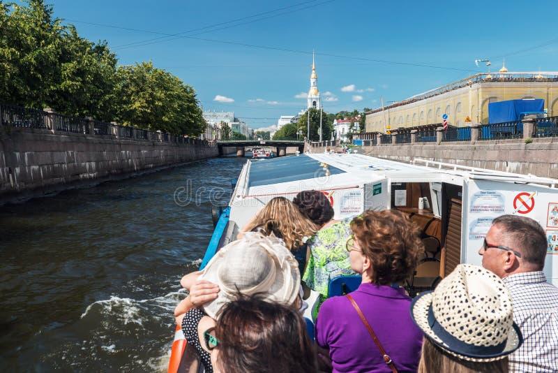 游人和旅客做河 库存图片