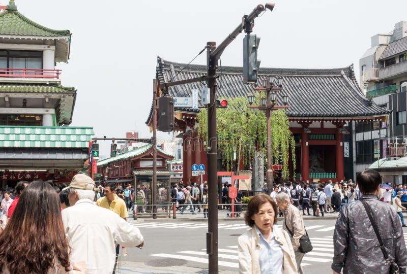 游人和本机在Asauka东京参拜Sensoji寺庙 免版税库存照片