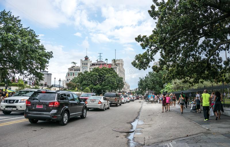 游人和繁忙的交通在街道上在法国街区新奥尔良 免版税库存照片