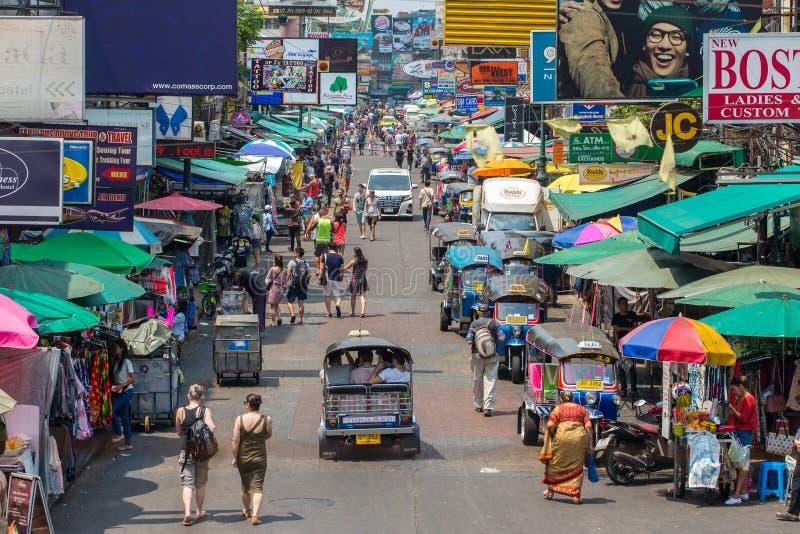 游人和背包徒步旅行者在Khao圣路走在曼谷,泰国 Khao圣路是著名低预算旅馆和宾馆a 图库摄影