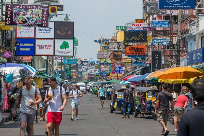 游人和背包徒步旅行者在Khao圣路走在曼谷,泰国 Khao圣路是著名低预算旅馆和宾馆a 免版税库存图片