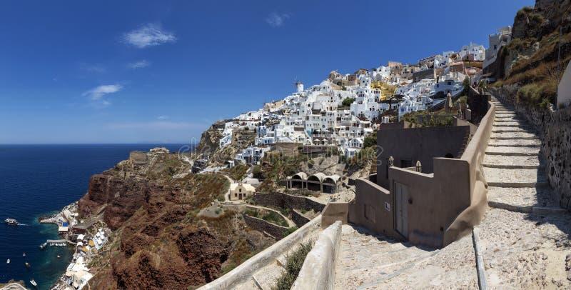 游人和驴使用的楼梯连接旧港口到Oia,圣托里尼海岛,希腊村庄  免版税图库摄影