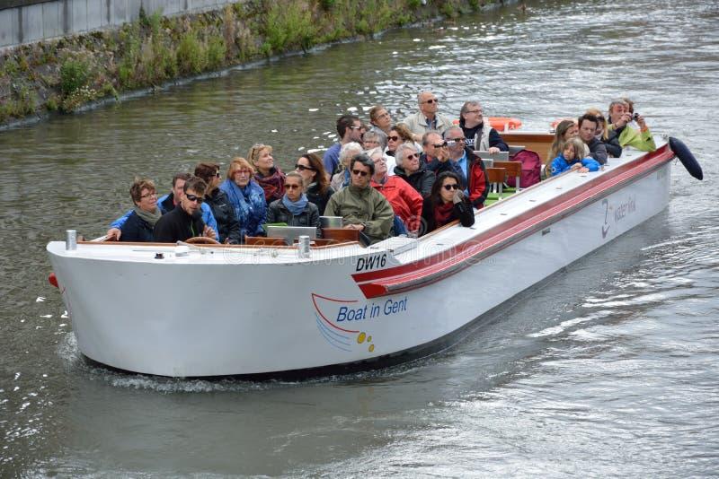 游人和他们的指南在游览小船 免版税库存图片