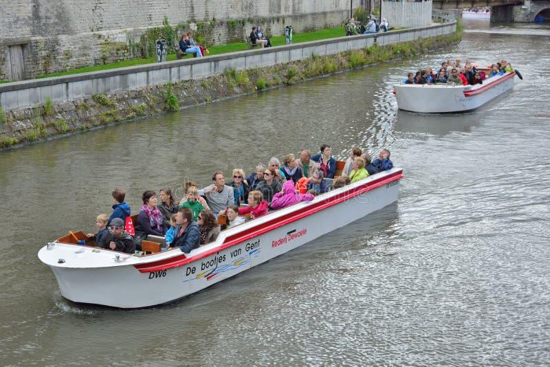 游人和他们的指南在游览小船 免版税库存照片