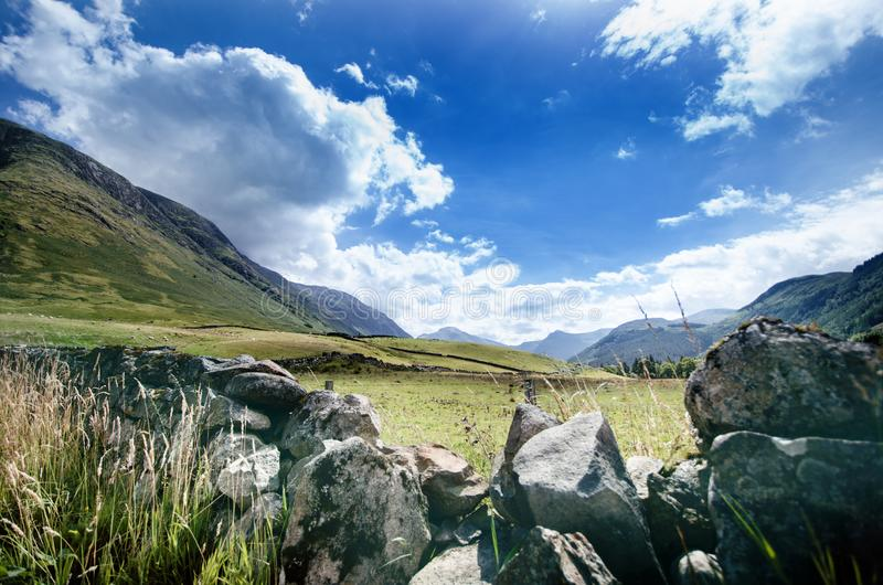 游人喜爱的位置在苏格兰-斯凯岛小岛  非常著名城堡在苏格兰叫爱莲・朵娜城堡 苏格兰绿色nat 免版税图库摄影