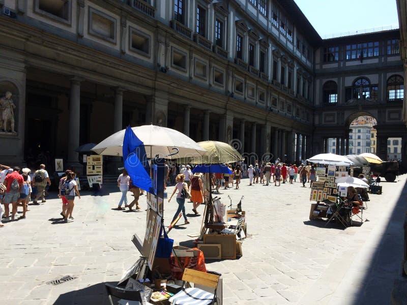 游人在乌菲兹美术馆画廊,圆顶场所degli乌菲兹美术馆的庭院里在佛罗伦萨,意大利 免版税库存照片