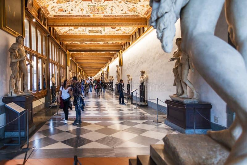游人在乌菲齐画廊走廊  免版税库存图片