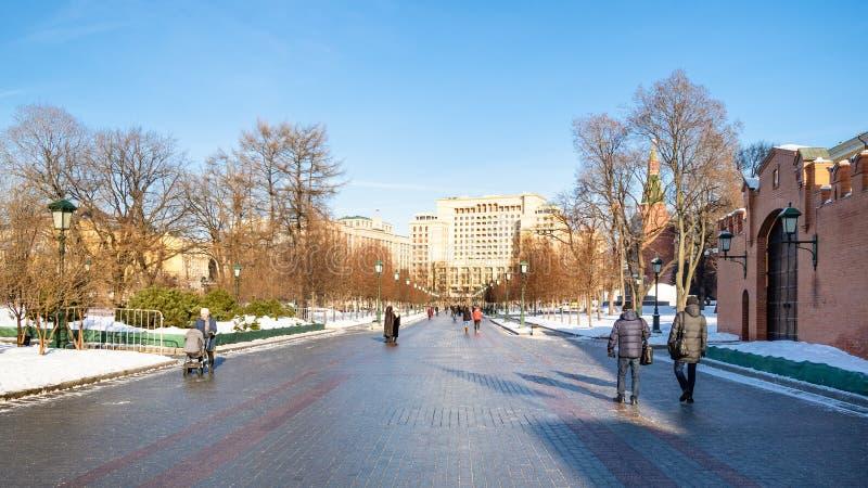 游人在亚历山大庭院走在莫斯科 免版税库存图片