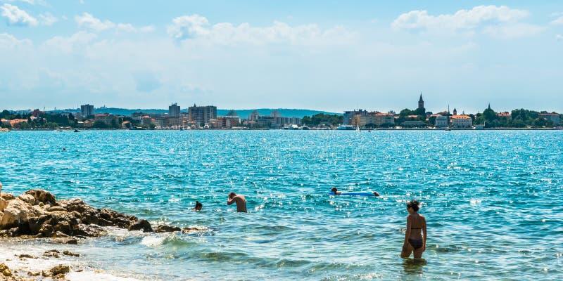 游人在亚得里亚海游泳在扎达尔附近在晴天 库存照片