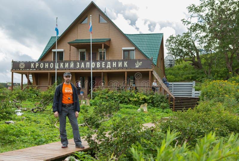游人在储备管理背景中在喷泉谷的  克罗诺基火山在堪察加的自然保护 免版税图库摄影