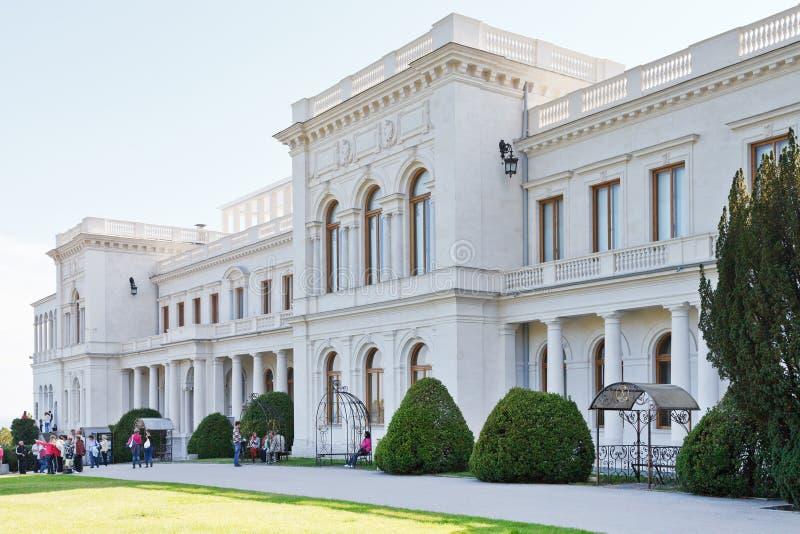 游人在克里米亚临近盛大Livadia宫殿 免版税库存图片