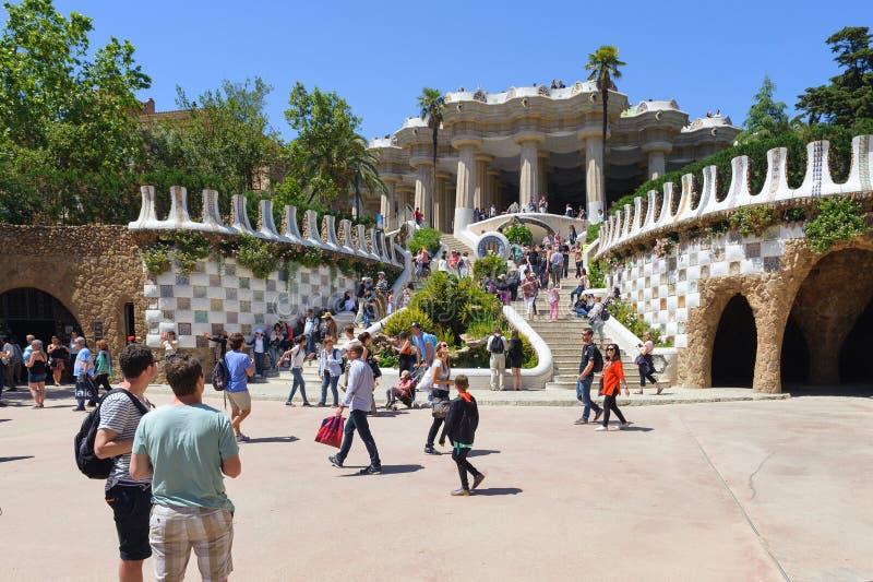 游人在公园Guell参观美好的艺术对象在巴塞罗那,西班牙 库存图片