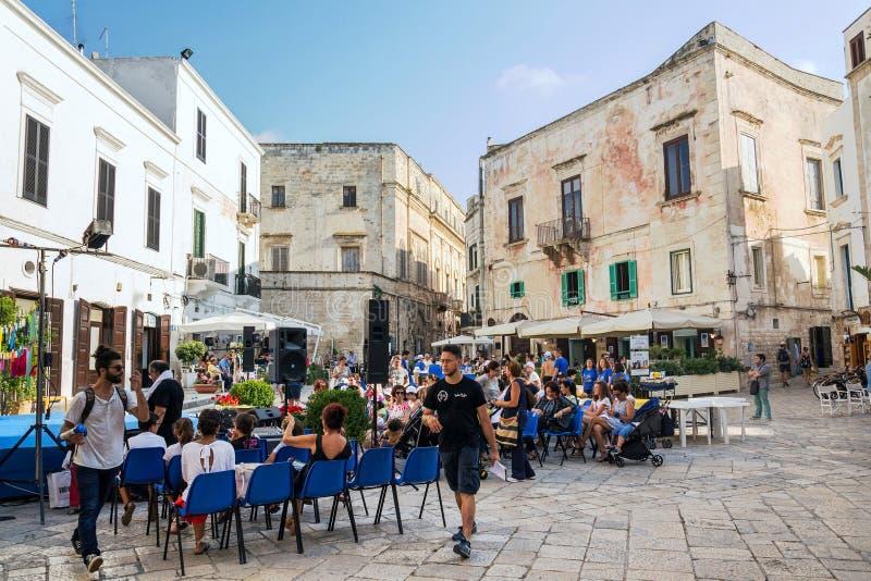 游人在历史的中心走在波利尼亚诺阿马雷,意大利 免版税库存图片