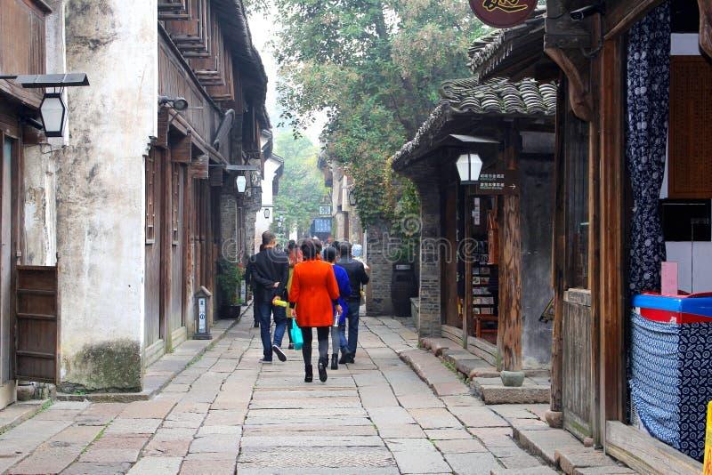 游人在古老水镇Wuzhen (联合国科教文组织),中国 免版税库存照片