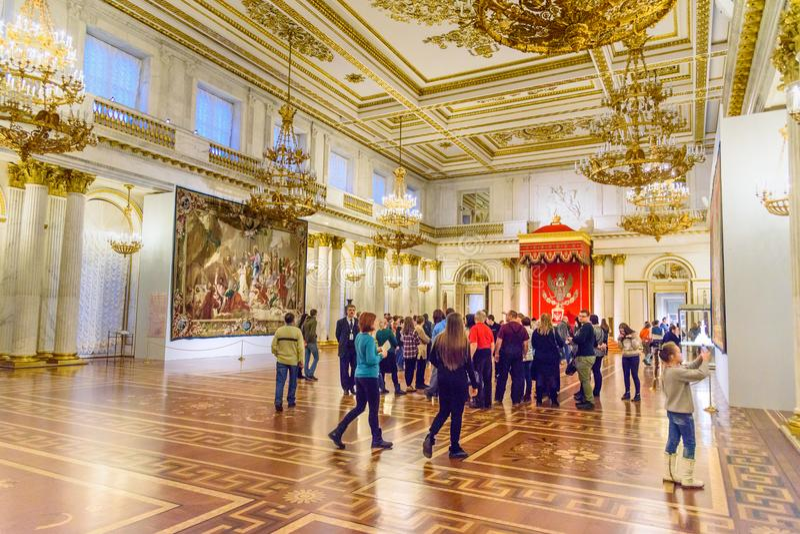 游人在圣乔治状态埃尔米塔日博物馆霍尔  彼得斯堡圣徒 俄国 免版税库存图片