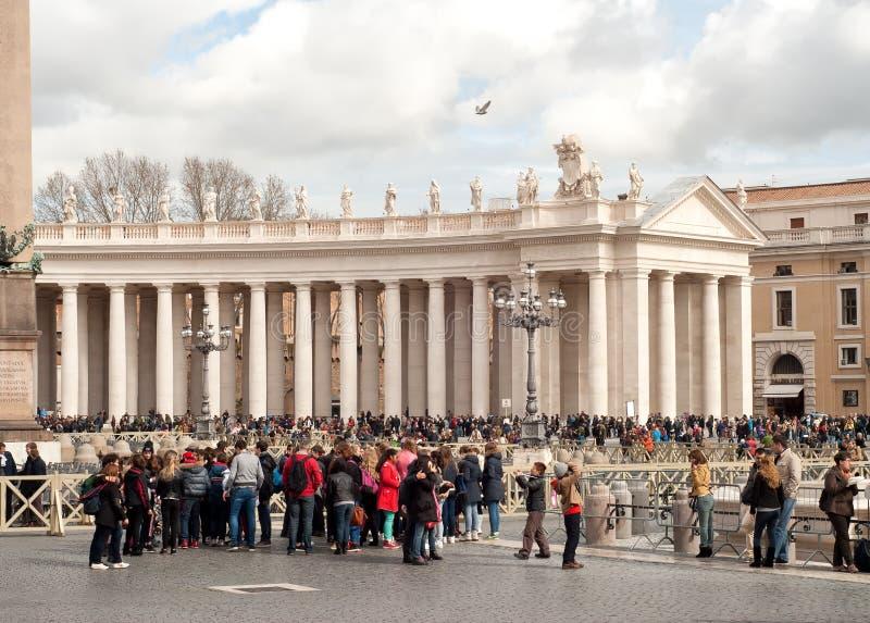 游人在圣彼得的广场,梵蒂冈,罗马,意大利 免版税库存照片