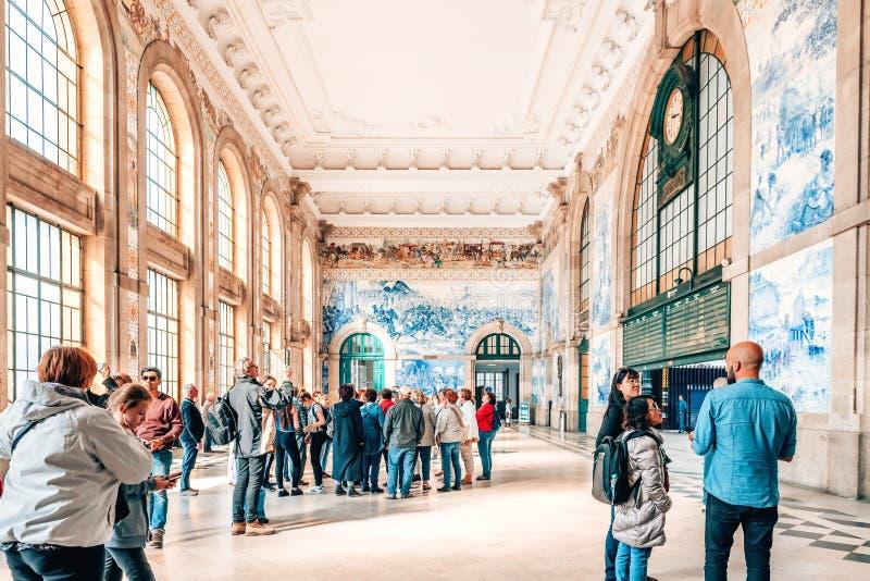 游人在圣本托火车站主要大厅里在波尔图,葡萄牙 库存照片