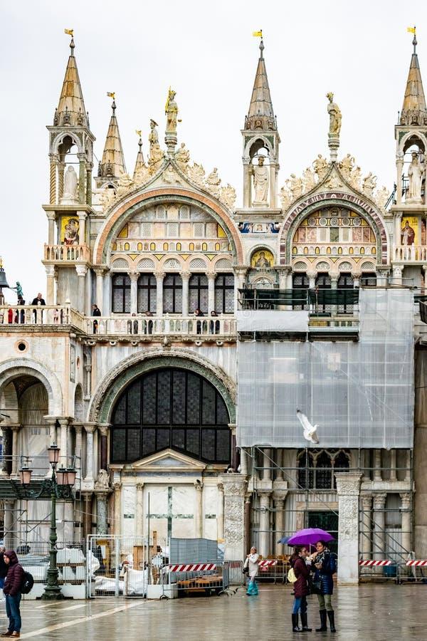 游人在圣马可广场St标记的一下雨天摆正,威尼斯,意大利 免版税图库摄影