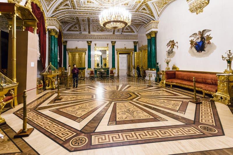 游人在埃尔米塔日博物馆绿沸铜大厅里  免版税库存照片
