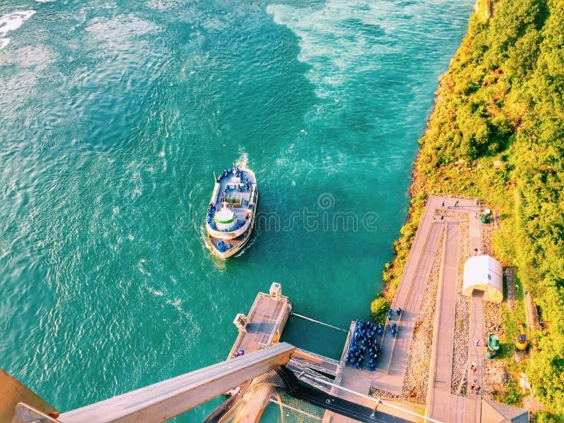 游人在小船上在尼亚加拉瀑布 免版税库存图片