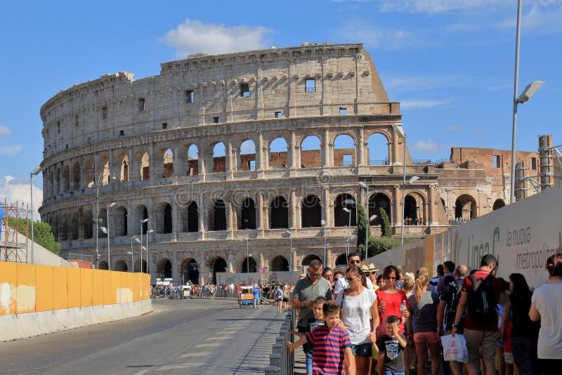 游人在意大利临近罗马罗马斗兽场 免版税库存图片