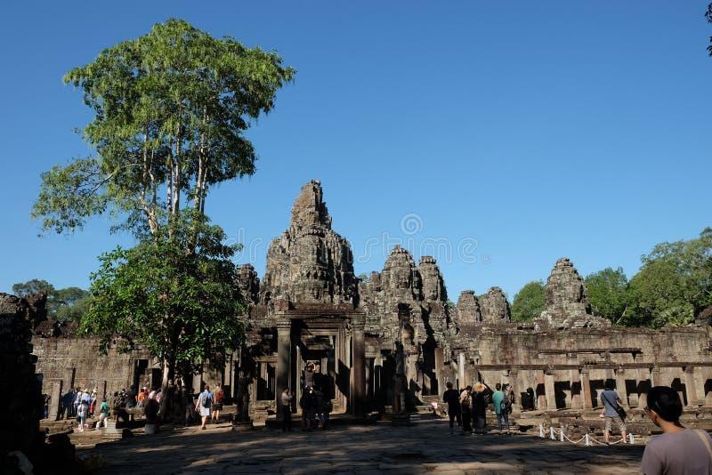 游人在拜伦寺庙附近漫步并且拍照片 游人看视域南 库存照片