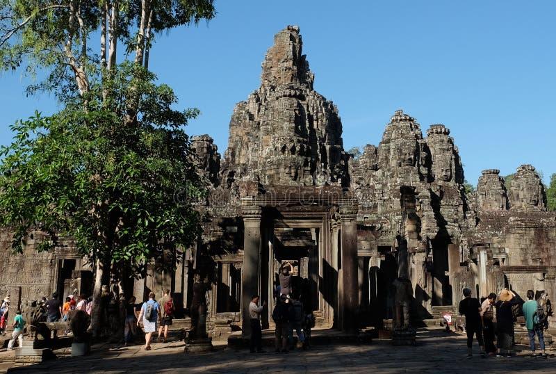 游人在拜伦寺庙附近漫步并且拍照片 游人看视域南 免版税库存图片