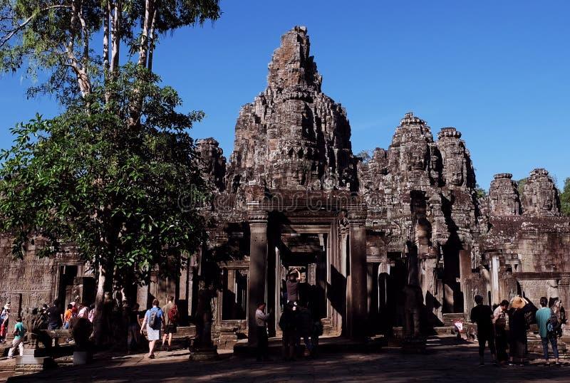 游人在拜伦寺庙附近漫步并且拍照片 游人看视域南 库存图片