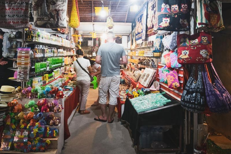 游人在泰国夜市买纪念品 库存照片