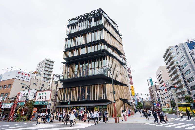 游人在浅草文化旅游中心附近走在浅草区,东京,日本 做隈研吾 免版税库存照片