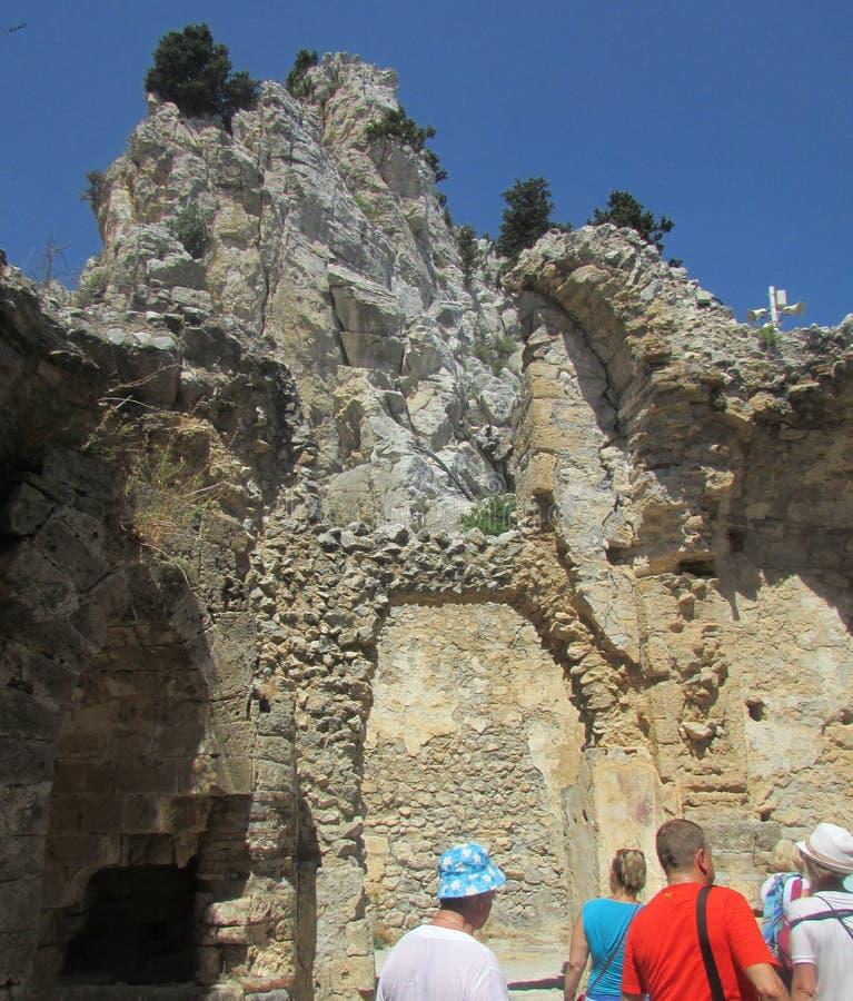 游人在烈士理查的国王的堡垒Lionheart,北塞浦路斯山  库存照片