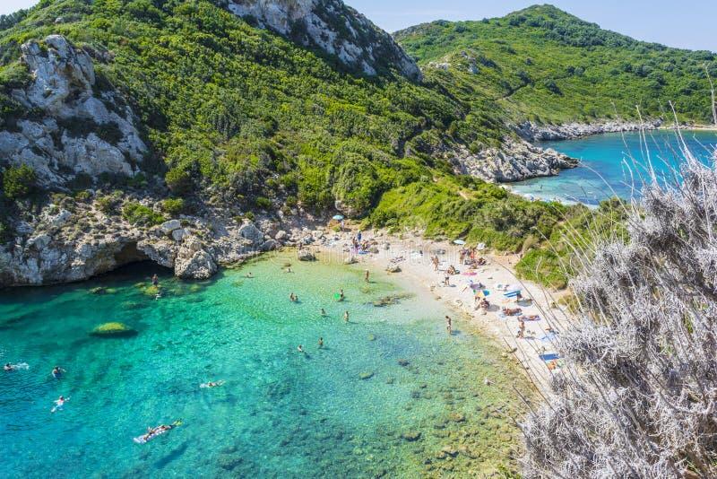 游人在科孚岛海岛,希腊参观暗藏的波尔图Timoni双海滩 图库摄影