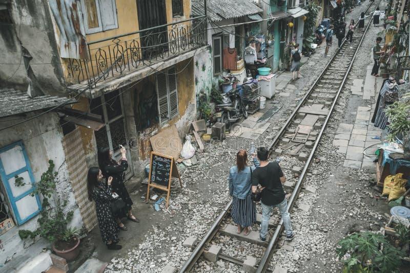 游人在等待在恶劣的处所的老房子的中铁路被拍摄火车 ?? ?? 图库摄影