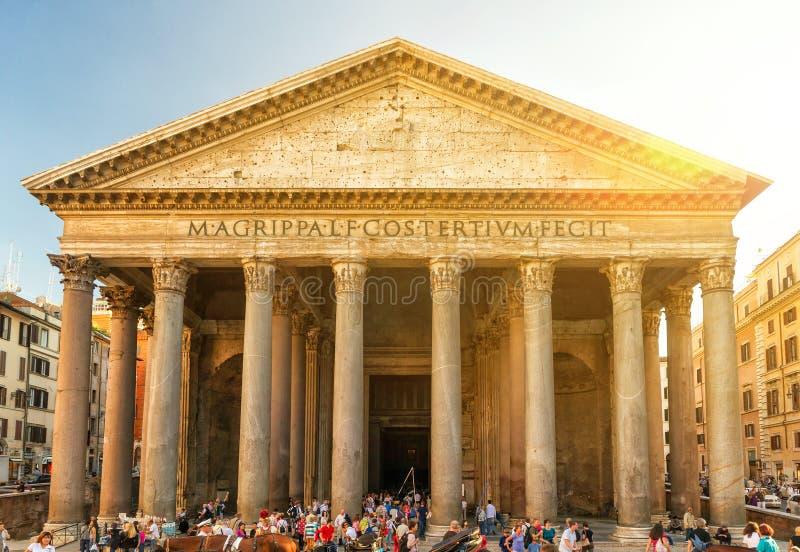 游人在罗马参观万神殿 免版税库存照片