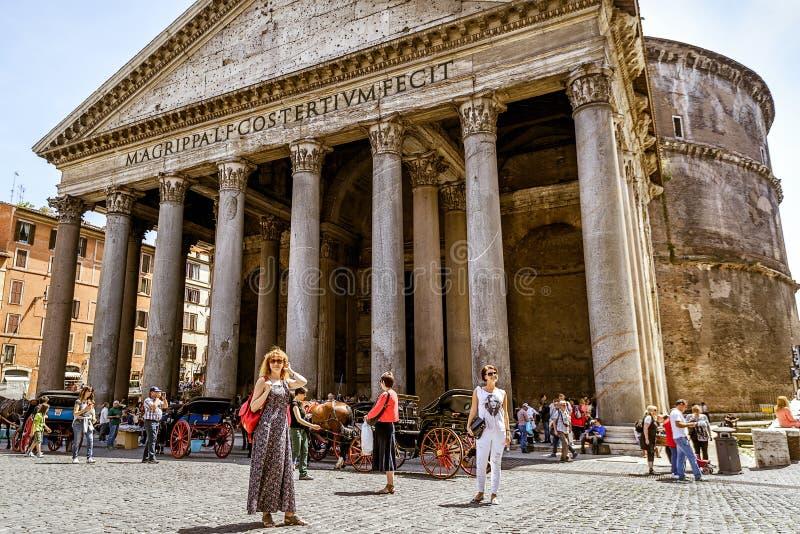 游人在罗马参观万神殿 库存图片