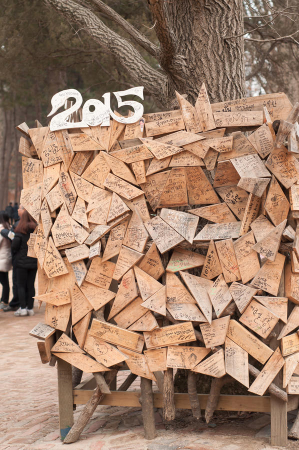 游人在艺术木头板写了消息 免版税库存照片