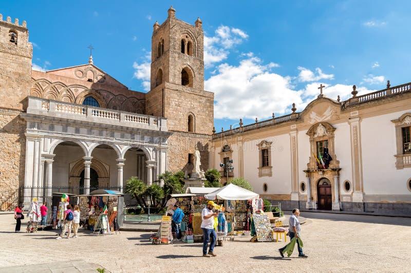 游人在蒙雷阿莱,西西里岛的历史的中心的参观大教堂 免版税库存照片