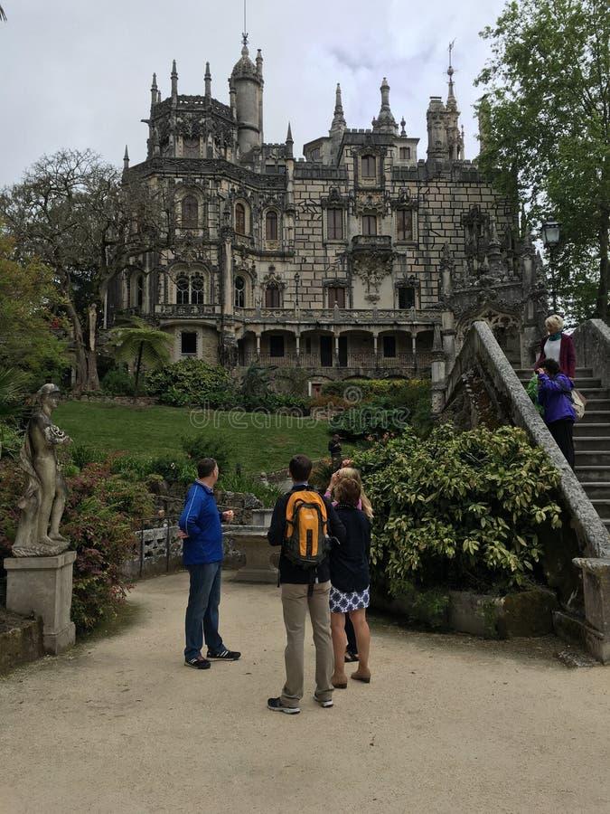 游人在辛特拉市,葡萄牙观察王宫 免版税库存照片
