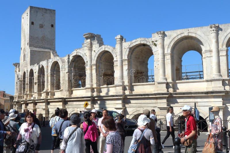 游人在阿尔勒,法国临近罗马圆形露天剧场 免版税库存图片