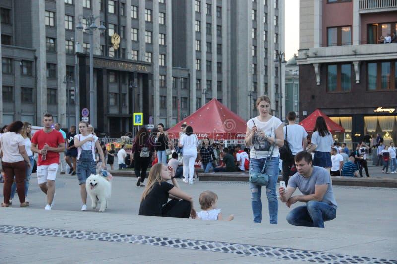 游人在Manege广场做一全家福在莫斯科 免版税库存照片