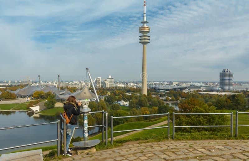 游人在Olympiapark慕尼黑,德国 库存图片