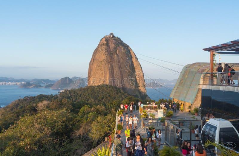 游人在Sugarloaf -里约热内卢 免版税库存图片