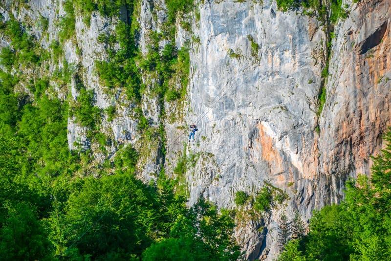 游人在Zipline乘坐通过塔拉河的峡谷 免版税库存图片
