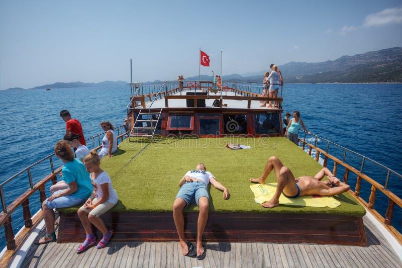 游人基于休闲小船旅行绿色甲板,土耳其 免版税库存照片