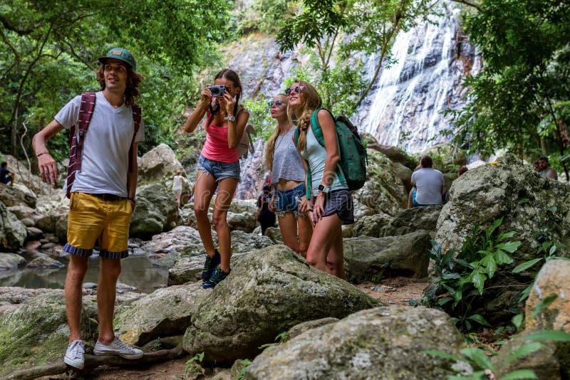 年轻游人基于岩石在密林 图库摄影