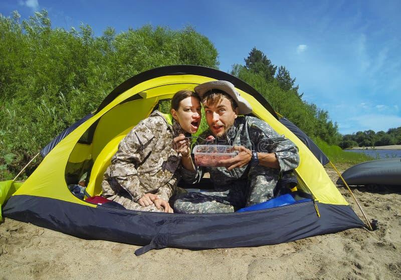 游人夫妇一个野营的帐篷的 库存照片